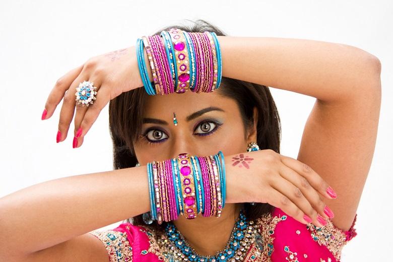 Indienne filmé entrain de s'habiller